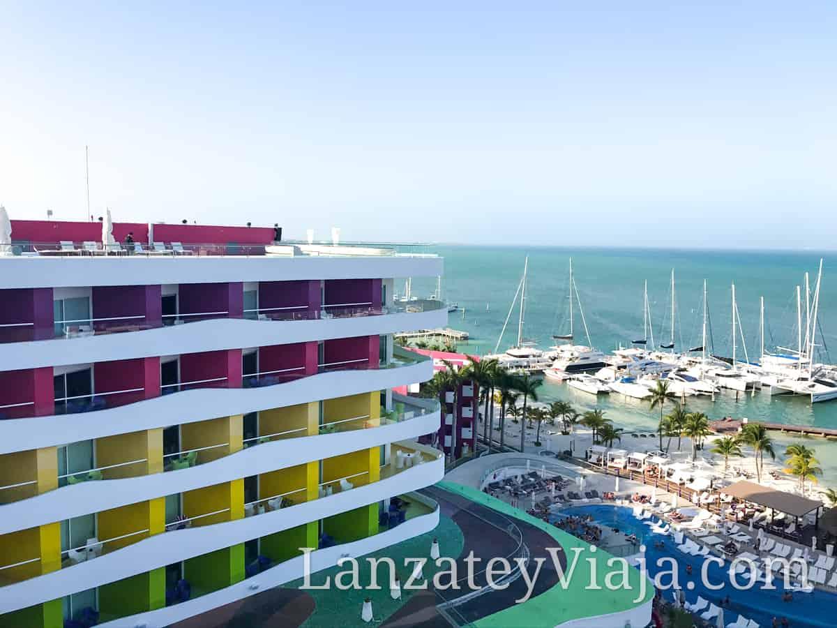 Vista al hotel Temptation Cancún desde una de las habitaciones superiores