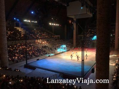 El escenario se ilumina durante el show